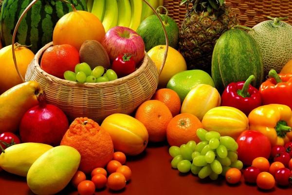 Pimientos entre las dulces frutas