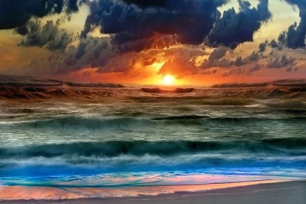 Olas en el mar al atardecer