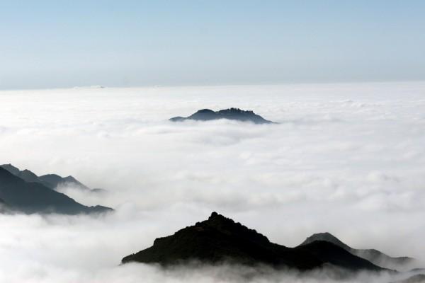 Las cimas de las montañas en el mar de nubes