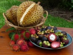 Frutas exóticas sobre la mesa