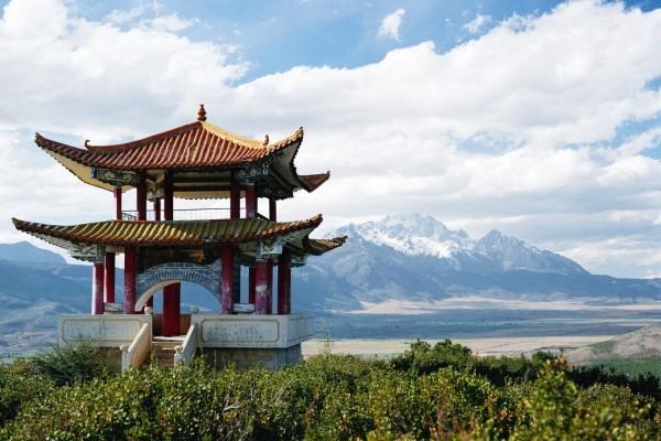 Pabellón y montañas en China