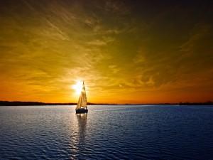 Postal: Velero navegando al atardecer