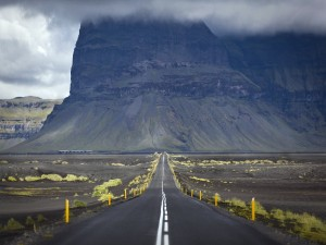 Carretera próxima a la montaña