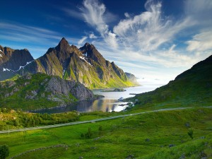 Montañas junto al agua