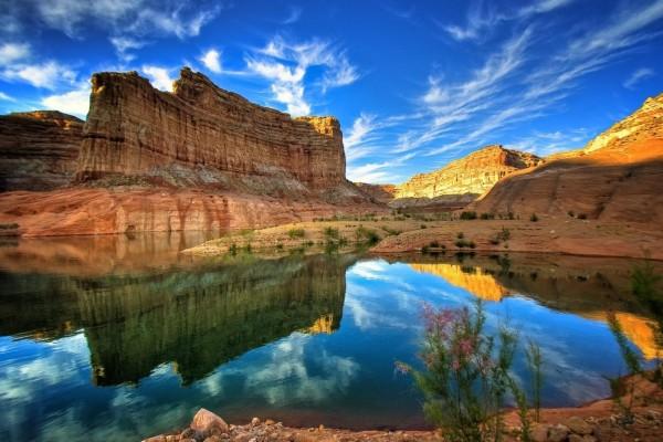 Grandes rocas reflejadas en el río