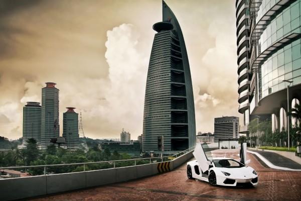 Lamborghini Aventador en una ciudad moderna