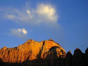 Unas nubes sobre la montaña rocosa