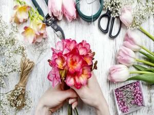 Postal: Armando un ramo de flores colorido