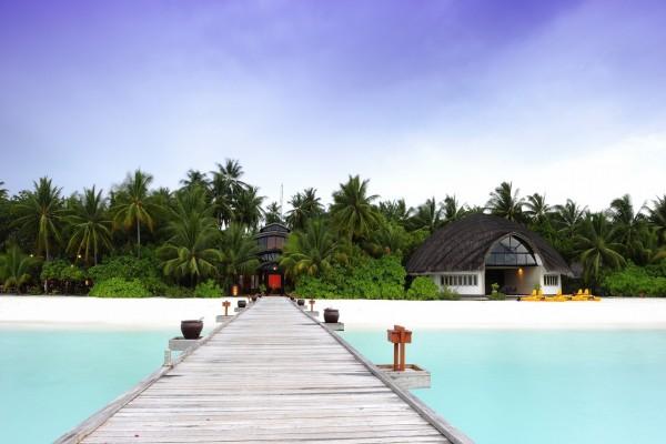 Puente de madera en las islas Maldivas