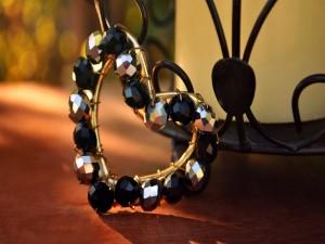 Corazón con perlas negras y plateadas