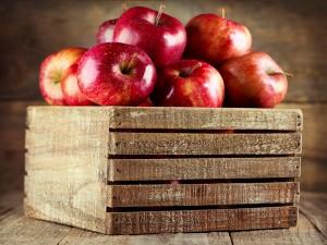 Postal: Cajón con manzanas rojas