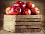 Cajón con manzanas rojas