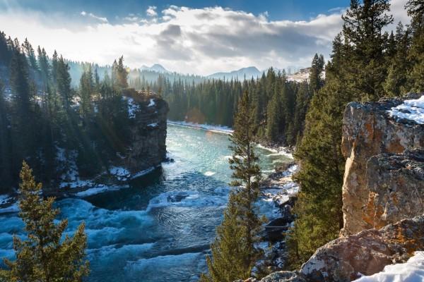 Río entre rocas y árboles en Alberta, Canadá