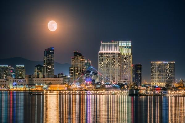 La luna ilumina el puerto en San Diego, California