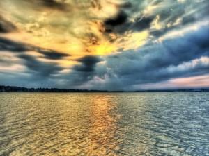 Acumulación de nubes sobre el agua