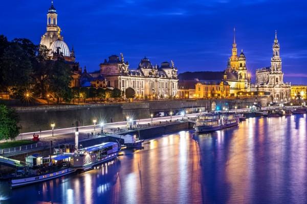 Noche en el río Elba a su paso por Dresde (Alemania)