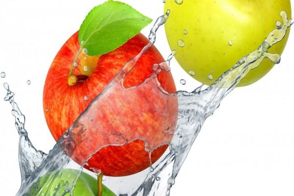 Manzanas en el agua