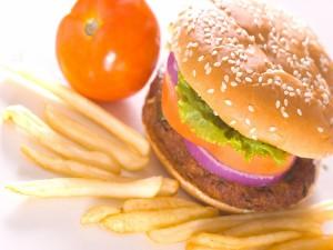 Hamburguesa vegetal con patatas fritas