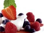 Postre de frutos rojos con una crema de yogur y queso
