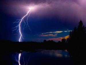 Tormenta eléctrica al anochecer