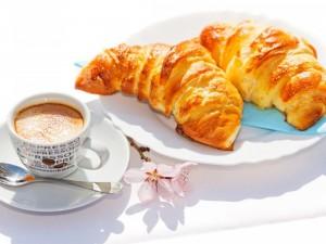 Croissant y café para el desayuno