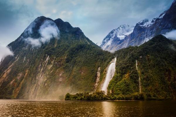 El agua cayendo por las montañas