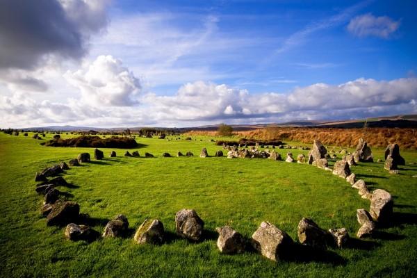 Piedras en el campo formando un círculo