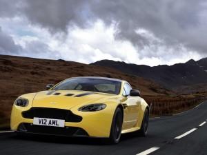 Postal: Aston Martin en la carretera