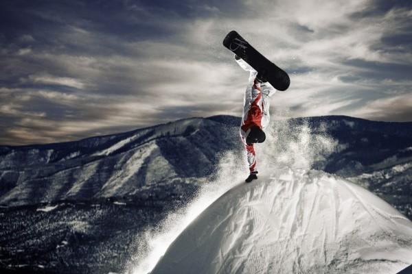 Mano sobre la nieve