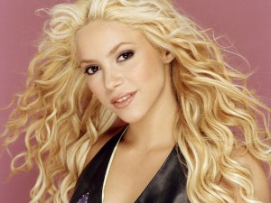 Shakira con larga melena rubia