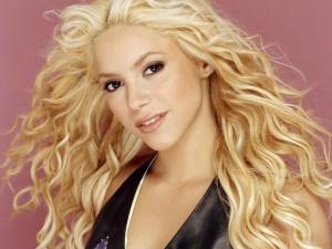 Postal: Shakira con larga melena rubia