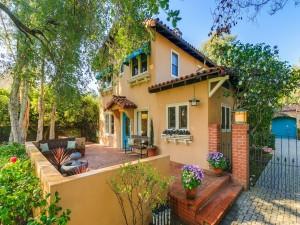 Postal: Elegante patio de una gran casa