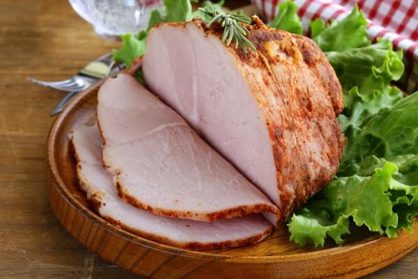 Carne a la parrilla con ensalada