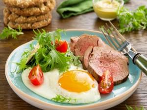 Huevo con carne asada y ensalada
