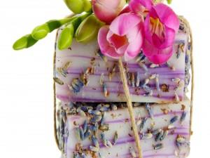 Postal: Regalo con flores y jabones