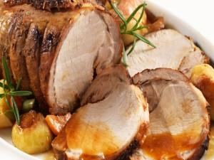 Carne asada con guarnición de verduras y salsa