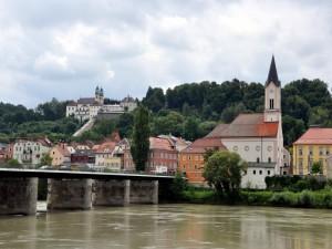Postal: Edificios junto al río en la ciudad de Passau (Alemania)