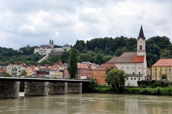 Edificios junto al río en la ciudad de Passau (Alemania)