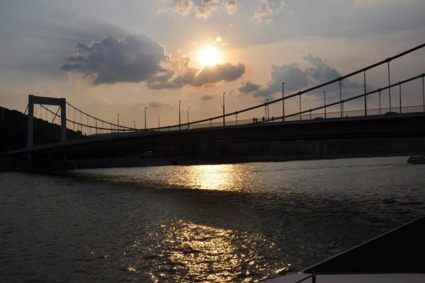 El sol sobre un puente de Budapest (Hungría)