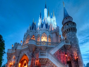 Imponente castillo iluminado
