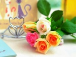 Rosas con bonitos colores sobre una mesa