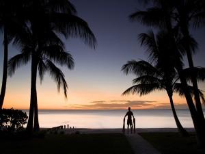 Solo en la playa al amanecer