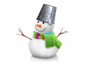 Muñeco de nieve con un cubo en la cabeza