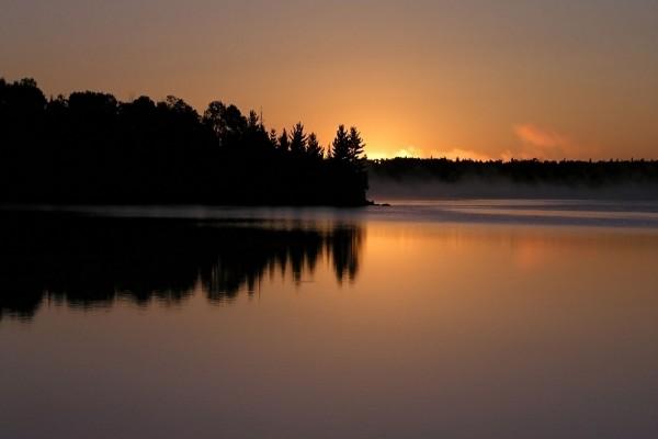 Un lago al caer la noche