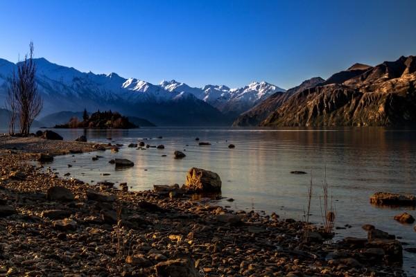 Lago junto a las montañas y un cielo azul