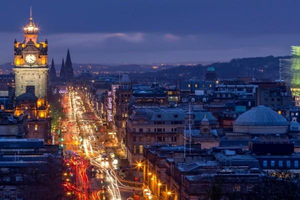Calle iluminada en Edimburgo