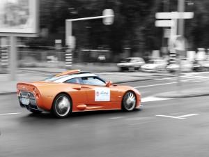 Postal: Coche naranja dando color a la ciudad