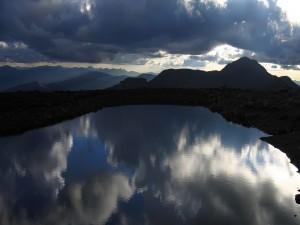 Nubes reflejadas en el lago al anochecer