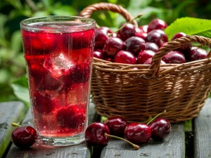 Postal: Cesta y bebida con cerezas