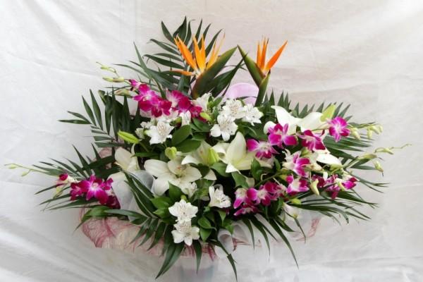 Arreglo floral con una gran variedad de flores